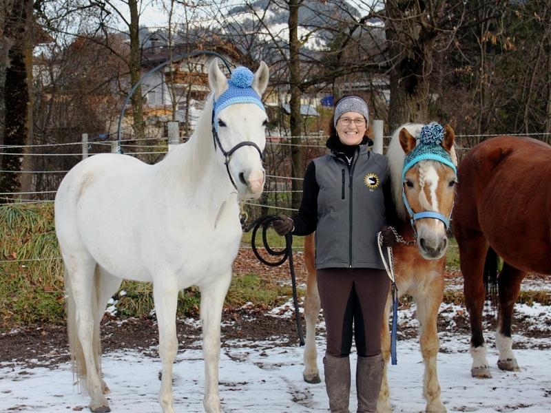 Evi, Viva und Arturo mit weihnachtlichen Mützen
