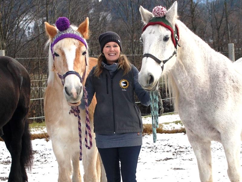 Sabine, Lina und Bravo mit weihnachtlichen Mützen