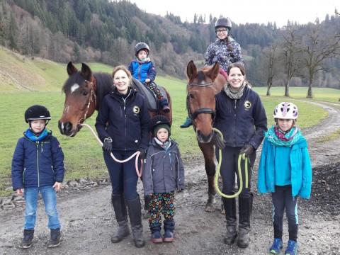 Kinder mit und ohne Förderbedarf gemeinsam mit den Pferden unterwegs